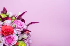schöne Blumengesteck-, rosa und Roterose, rosa Eustoma, gelbe Chrysantheme Stockfoto