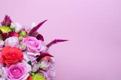schöne Blumengesteck-, rosa und Roterose, rosa Eustoma, gelbe Chrysantheme Stockfotografie