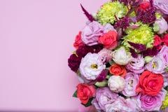 schöne Blumengesteck-, rosa und Roterose, rosa Eustoma, gelbe Chrysantheme Lizenzfreie Stockbilder