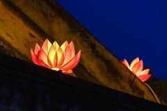 Schöne Blumengirlanden und farbige Laternen auf altem Architekturgebäude stockfotografie
