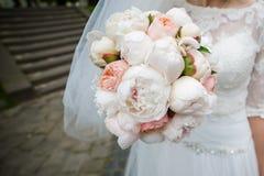 Schöne Blumensträuße von den Blumen bereit zur großen Hochzeitszeremonie lizenzfreie stockfotografie