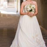 Schöne Blumensträuße von den Blumen bereit zur großen Hochzeitszeremonie stockfotografie