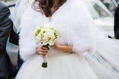 Schöne Blumensträuße von den Blumen bereit zur großen Hochzeitszeremonie lizenzfreie stockbilder