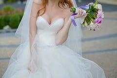Schöne Blumensträuße von den Blumen bereit zur großen Hochzeitszeremonie lizenzfreies stockbild