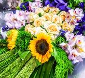 Schöne Blumenstrauß Sonnenblume stieg lizenzfreie stockbilder