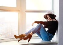 Schöne boho Frau im Wollhut Stockbilder