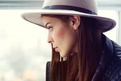 Schöne boho Frau im Wollhut Stockfotografie