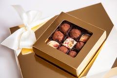 Schöne Bonbons in der Geschenkbox Stockfotografie