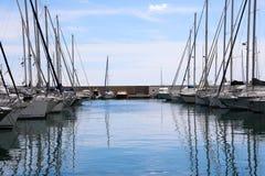 Schöne Boote und Yachten ausgerichtet in Marina At Sunset lizenzfreies stockbild