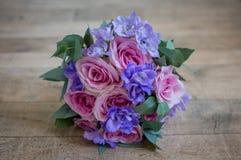 Schöne Bräute, die Blumenstrauß heiraten Stockfotografie