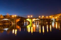 Schöne Brücke in der Nacht Lizenzfreies Stockbild