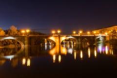 Schöne Brücke in der Nacht Lizenzfreie Stockfotos