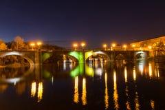 Schöne Brücke in der Nacht Stockfotografie