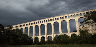 Schöne Brücke des 19. Jahrhunderts in Provence stockbild