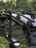 Schöne Brücke in einem japanischen Garten in Japan stockbilder