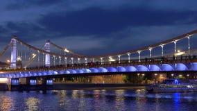 Schöne Brücke für Leute und Autos gegen Himmel am Abend stock video