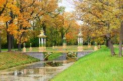 Schöne Brücke im Alexander-Park von Pushkin Stockfotografie