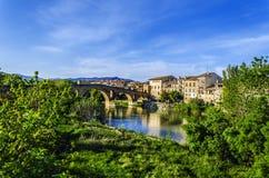 Schöne Brücke im Dorf Stockbilder
