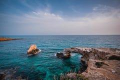 Schöne Brücke von Liebhabern auf dem Hintergrund des Meeres in Zypern lizenzfreie stockfotografie