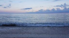 Schöne Brandung des ruhigen Sees in der lila Dämmerung an der Schwarzmeerküste stock video footage