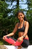 Schöne brasilianische Frau in der Yogahaltung Lizenzfreies Stockfoto