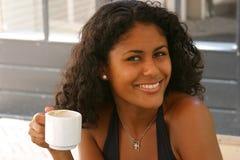 Schöne brasilianische Frau, die einen Kaffee trinkt Stockfotografie