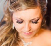 Schöne Braut Blonde Frau des Art und Weisebaumusters im bräutlichen weißen Kleid mit Regenschirm Stockfoto