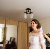 Schöne Braut Blonde Frau des Art und Weisebaumusters im bräutlichen weißen Kleid mit Regenschirm Lizenzfreie Stockfotografie