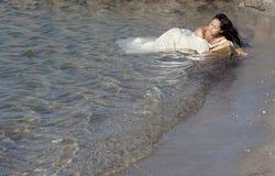 Schöne Braut in dem Meer Stockbild