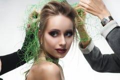 Schöne Braut des jungen Mädchens, die an Art Schleiermasche des grünen Grases trägt Stockfotos