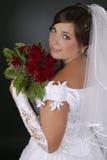 Schöne Braut, die auf dunklem Hintergrund lächelt Stockbilder