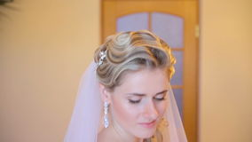 Schöne Braut, die für die Kamera aufwirft stock footage
