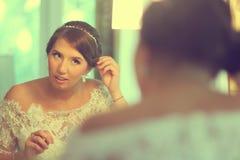 Schöne Braut, die fertig wird Stockfoto