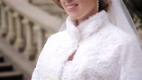 Schöne Braut, die Hochzeitsblumenstrauß von Blumen hält stock video footage
