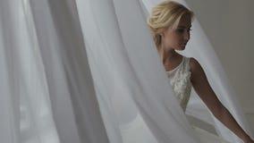 Schöne Braut, die in ihrem Hochzeitskleid aufwirft stock video footage