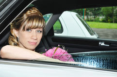 Schöne Braut, die im Auto sitzt Stockbilder