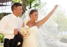 Schöne Braut, die im Hochzeitskleid aufwirft Lizenzfreie Stockbilder