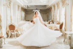 Schöne Braut, die in Mode im Hochzeitskleiderhotel aufwirft lizenzfreie stockbilder