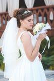 Schöne Braut draußen in einem Wald Lizenzfreies Stockbild