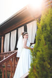 Schöne Braut draußen in einem Wald Lizenzfreies Stockfoto