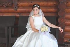 Schöne Braut draußen in einem Wald Lizenzfreie Stockfotografie