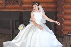 Schöne Braut draußen in einem Wald Stockfotos