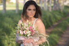Schöne Braut draußen in einem Wald Lizenzfreie Stockbilder