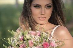 Schöne Braut draußen in einem Wald Stockbilder