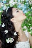 Schöne Braut in einem blühenden Garten Stockfotografie