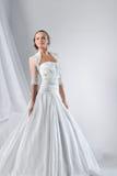 Schöne Braut in einem luxuriösen Hochzeitskleid Stockfotos