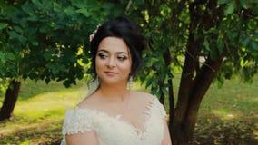Schöne Braut in einem Stadtparkpark stock footage