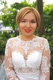Schöne Braut in einem weißen Hochzeitskleid Stockbilder