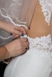 Schöne Braut in einem weißen Kleid Stockbilder