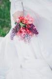 Schöne Braut in einem Weinlesehochzeitskleid, das in einem blühenden Apfelgarten aufwirft Set von 9 Abbildungen der wundervollen  Stockfotografie